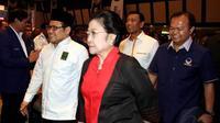 Ketua Umum PKB Muhaimin Iskandar terlihat berjalan bersama Megawati Soekarno Putri   (Liputan6.com/JohanTallo).