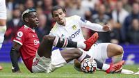 Manchester United langsung menekan di awal babak pertama. Tercatat 4 peluang terjadi hingga menit ke-13. Peluang terakhir didapat Paul Pogba saat berhadapan satu lawan satu dengan kiper, namun tembakannya masih belum menembus jala Leeds United. (Foto: AP/Jon Super)