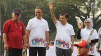 Wakil Presiden Jusuf Kalla didampingi Gubernur DKI Anies Baswedan dan Menteri PUPR, Basuki Hadi Moeljono melepas parade Asian Games 2018 di Monas, Jakarta, Minggu (13/5). Total jumlah peserta parade ini mencapai 4.800 orang. (Liputan6.com/Arya Manggala)