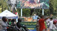 Suasana arus lalu lintas depan gerbang utama kawasan Kebun Binatang Ragunan, Jakarta, Minggu (16/5/2021). Sejumlah kawasan wisata di DKI Jakarta ditutup sementara untuk umum hingga 18 Mei 2021 untuk pemberlakukan penguatan protokol kesehatan COVID-19. (Liputan6.com/Helmi Fithriansyah)