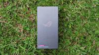 Tampak boks penjualan Asus ROG Phone 5. (Liputan6.com/ Yuslianson)