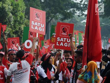 Pendukung calon presiden nomor urut 01 Joko Widodo tiba di Sentul International Convention Center, Bogor, Jawa Barat, Minggu (24/2). Jokowi akan berpidato dalam Konvensi Rakyat bertajuk 'Optimis Indonesia Maju'. (Liputan6.com/Herman Zakharia)