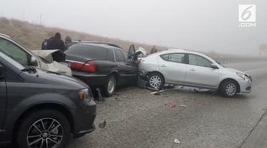 Sebanyak 19 mobil mengalami kecelakaan beruntun usai jalan raya di California Selatan diselimuti kabut.