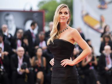 Model Lady Kitty Spencer berpose saat tiba menghadiri pemutaran perdana film 'The Truth' dan acara pembukaan di Festival Film Venice edisi ke-76, Venesia, Italia (28/8/2019). Keponakan mendiang Putri Diana ini tampil cantik mengenakan column-dress hitam Ermanno Scervino. (AP Photo/Arthur Mola