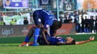 Pemain Arema, Dendi Santoso dan Ricky Kayame, jatuh bangun di lapangan menghadapi jadwal padat Liga 1 2019. (Bola.com/Iwan Setiawan)