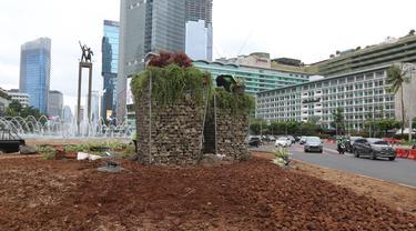 Kendaraan melintas dekat instalasi batu gabion yang kembali dipasang di kawasan Bundaran HI, Jakarta, Sabtu (4/1/2020). Instalasi gabion di lokasi yang sama tersebut sempat dibongkar sementara untuk dijadikan panggung saat perayaan malam tahun baru. (Liputan6.com/Herman Zakharia)