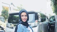 Nikita Mirzani tersenyum usai memberikan keterangan di Polres Metro Jakarta Selatan, Selasa (2/10). Nikita dipanggil pihak kepolisian untuk menjalani pemeriksaan laporan terkait penggelapan barang-barang milik Dipo Latief. (Liputan6.com/Faizal Fanani)