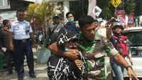 Kopda Manuel, seorang anggota TNI yang juga berprofesi sebagai sopir angkot.(Liputan6.com/Ahmad Akbar Fua)