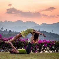 Yoga bersama pasangan (Foto: Unsplash.com/ Ruslan ZH)