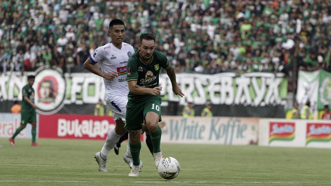 Gelandang Persebaya Surabaya, Damian Lizio, mengejar bola saat melawan Arema FC pada laga final Piala Presiden 2019 di Stadion Gelora Bung Tomo, Selasa (9/4). Kedua tim bermain imbang 2-2. (Bola.com/Yoppy Renato)