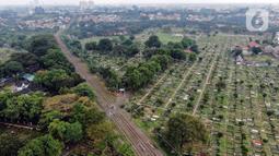 Foto udara suasana Tempat Pemakaman Umum (TPU) Tanah Kusir, Jakarta (13/5/2021). Gubernur DKI Jakarta Anies Baswedan menetapkan larangan ziarah kubur saat Lebaran untuk menghindari adanya kerumunan. Namun terdapat beberapa warga yang masih melakukan ziarah kubur. (Liputan6.com/Johan Ta