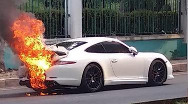 Mobil sport Porsche terbakar