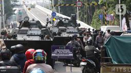 Dua kendaraan panser milik TNI digunakan untuk menyekat ruas Jalan Lenteng Agung Raya arah PS Minggu, Jakarta, Selasa (6/7/2021). Penyekatan dilakukan untuk mengurangi mobilitas warga selama pemberlakukan PPKM Darurat se Jawa-Bali 3-20 Juli 2021. (Liputan6.com/Helmi Fithriansyah)