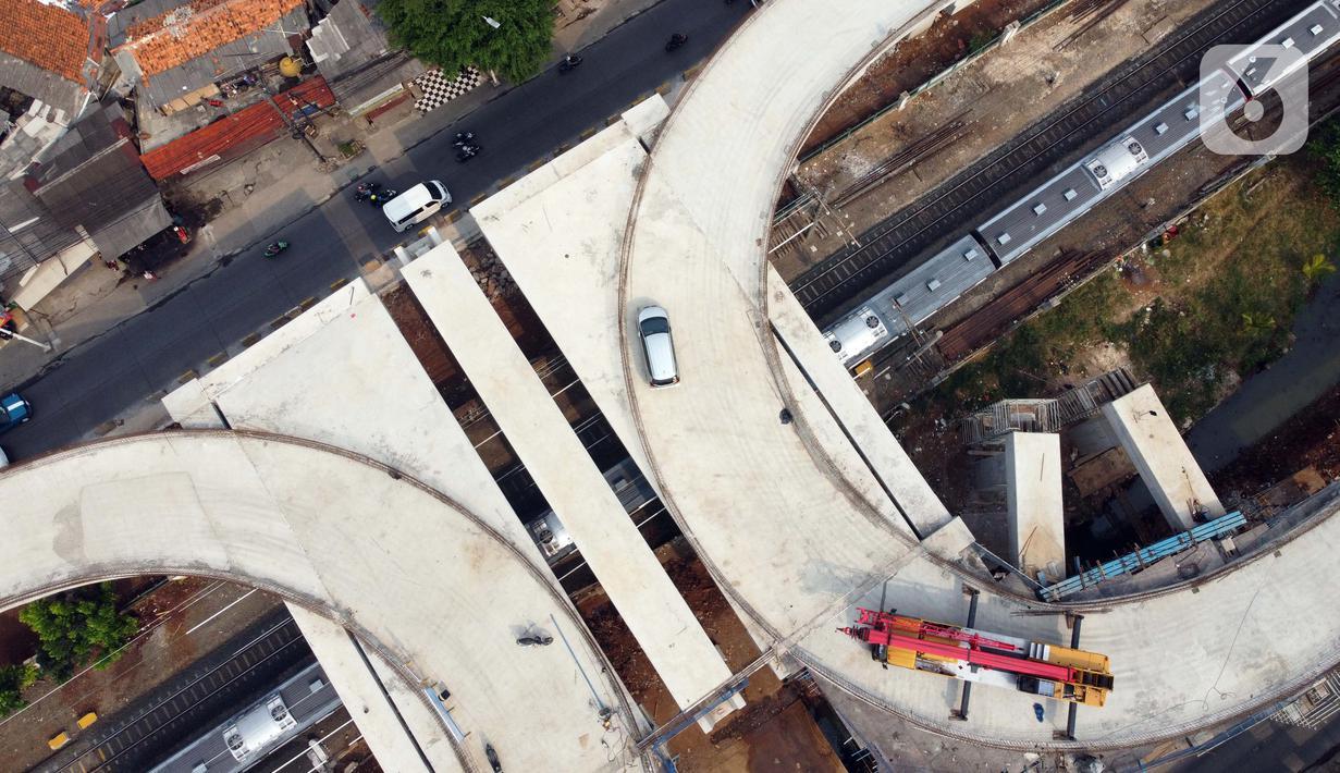 Foto udara suasana pembangunan jalan layang tapal kuda di kawasan Lenteng Agung, Jakarta, Rabu (5/8/2020). Progres pembangunan jalan layang tapal kuda di Lenteng Agung saat ini sudah mencapai 75 persen dan ditargetkan selesai pada Desember 2020. (Liputan6.com/Helmi Fithriansyah)