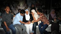 Istri Suhardi, Lestari Rahayu Waluyati (tengah), tidak kuasa menahan kesedihan saat persemayaman jenazah di kantor DPP Partai Gerindra, (29/8/2014). (Liputan6.com/Helmi Fithriansyah)