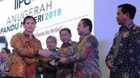 Wali Kota Tangerang Arief R Wismansyah menerima Penghargaan Anugerah Pandu Negeri 2019 dari Ketua Indonesian Institute Publik Governance (IIPG) Sigit Pramono di Bina Karna, Hotel Bidakara, Jakarta, Jumat (25/10/2019) malam. (Liputan6.com/Pramita Tristiawa