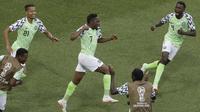 Para pemian Nigeria merayakan gol Ahmed Musa (tengah) saat melawan Islandia pada laga grup D Piala Dunia 2018 di Volgograd Arena, Volgograd, Rusia, (22/6/2018). Nigeria menang 2-0. (AP/Themba Hadebe)