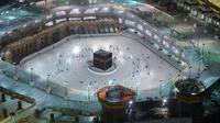 Warga Saudi dan warga asing mengelilingi Ka'bah (tawaf) saat melaksanakan umrah di kompleks Masjidil Haram, kota suci Makkah, Minggu (4/10/2020). Arab Saudi mengizinkan kembali ibadah umrah usai peringanan pembatasan sosial dan karantina wilayah di tengah pandemi Covid-19 di Tanah Suci. (AFP)