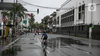 Pesepeda berolahraga di Kota Tua saat uji coba penerapan zona rendah emisi, Jakarta, Minggu (20/12/2020). Selama penerapan zona rendah emisi, kawasan Kota Tua hanya bisa dilalui pejalan kaki, pesepeda, angkutan umum, dan kendaraan khusus yang lulus uji emisi. (Liputan6.com/Faizal Fanani)