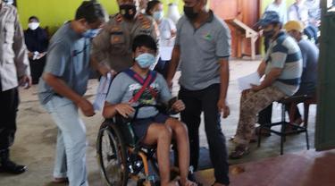 Cara Polisi di Depok Jemput Warga Vaksinasi Hingga Bantu Disabilitas
