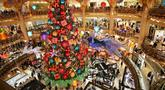 Sebuah pohon Natal raksasa terlihat di Lafayette saat hari pertama pembukaan kembali pusat perbelanjaan tersebut di Paris, Prancis, 28 November 2020. Prancis pada Sabtu (28/11) memulai tahap pertama dari tiga tahap strategi pelonggaran karantina wilayah (lockdown). (Xinhua/Gao Jing)