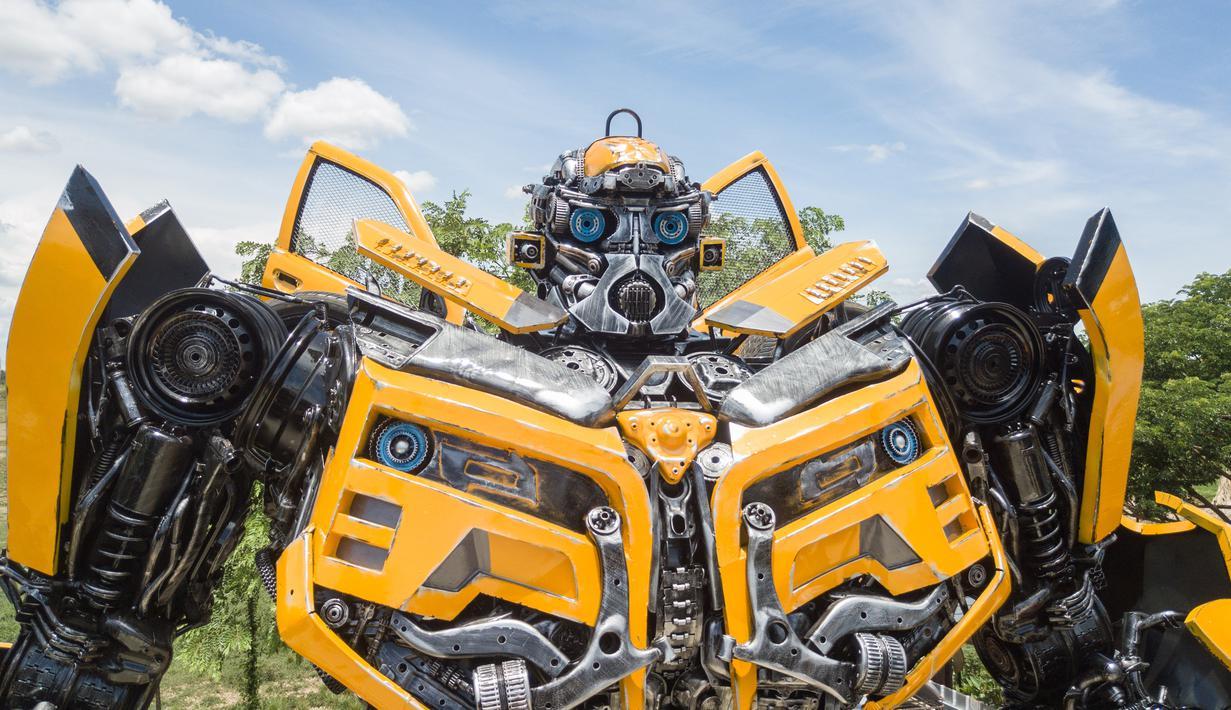 """Sebuah robot terlihat di """"Ban Hun Lek"""", atau """"Rumah Robot Baja"""", di Provinsi Ang Thong, Thailand (5/6/2020). Didirikan pada 2000, """"Rumah Robot Baja"""" adalah bengkel yang dikenal untuk membuat """"seni logam bekas"""" dari limbah suku cadang kendaraan bermotor. (Xinhua/Zhang Keren)"""
