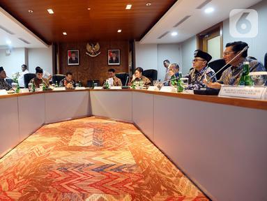 Ketua MPR Bambang Soesatyo bersama sembilan Wakil Ketua MPR berbincang  sebelum memulai rapat perdana pimpinan MPR periode 2019-2024 di Kompleks Parlemen Senayan, Jakarta, Rabu (9/10/2019). Rapat membahas pembagian tugas hingga rencana pelantikan Jokowi-Ma'ruf Amin. (Liputan6.com/Johan Tallo)
