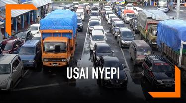 Pelabuhan Ketapang, Banyuwangi kembali dibuka untuk melayani penumpang Banyuwangi-Bali. Saat dibuka, antrean kendaraan mencapai 2 kilometer.