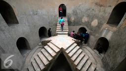 Wisatawan mengunjungi Sumur Gumuling Tamansari Kraton Kesultanan Yogyakarta,(4/11). Bagunan yang didirikan pada masa pemerintahaan Sulltan Hamangkubuwana I ini banyak di kunjungi wisatawan karena arsitekturnya yang unuk. (Foto/Boy T Harjanto)