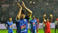 Kapten Arema, Hamka Hamzah, memuji fans Persib. (Bola.com/Iwan Setiawan)