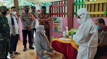 Lansia di Perumahan Graha Mustika, Lubang Buaya, Setu, Kabupaten Bekasi, mengikuti vaksinasi Covid-19 usai petugas melakukan jemput bola.