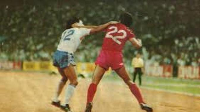 Adu hantam antara pemain Persib Bandung dan PSM Makassar dalam semifinal kompetisi Perserikatan 1989-1990. (Bola.com/Abdi Satria)
