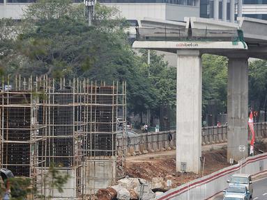Suasana proyek LRT di Jl Rasuna Said, Jakarta, Rabu (1/8). Kereta ringan Jabodebek ditargetkan beroperasi pada Mei 2019 yang bakal melintasi tiga rute atau lintasan belum dapat dipakai saat perhelatan akbar Asian Games. (Liputan6.com/Faizal Fanani)