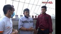 Dua penggawa Persija Jakarta, Riko Simanjuntak (kiri) dan Osvaldo Haay (kanan), mendengarkan penjelasan dari guide saat berada di puncak Monas. (Persija TV)