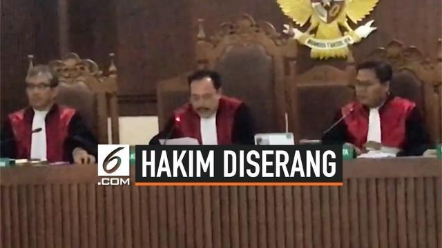 Seorang hakim berinisial HS diserang oleh pengacara saat membacakan putusan di PN Jakarta Pusat. Atas perbuatannya, pelaku berinisial D diamankan di Polsek Kemayoran.