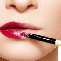 Ilustrasi memakai liquid lipstik. (via: cutypaste.com)