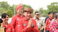 Ketum PSSI, Mochamad Iriawan, menyapa warga saat tiba di Stadion Utama Riau, Pekanbaru, Kamis (13/2). Stadion ini menjadi satu dari sebelas stadion yang dinominasikan sebagai tuan rumah Piala Dunia U-20 2021. (Dok PSSI)