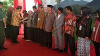 Menteri Administrasi Tata Ruang/Badan Pertanahan Nasional (ATR/BPN) Sofyan Djalil, nampak tengah memberikan sertifikasi tanah kepada 10 perwakilan warga penerima di blok Harjasari, Cisurupan, Garut, Jawa Barat (Liputan6.com/Jayadi Supriadin)
