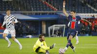 Penyerang PSG, Angel Di Maria, berusaha melewati kiper Manchester United, David de Gea, pada laga Liga Champions di Stadion Parc des Princes, Rabu (21/20/2020). MU menang dengan skor 2-1. (AP/Michel Euler)