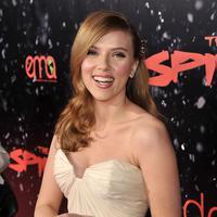 Scarlett Johansson merupakan selebriti yang konsisten akan penampilannya dan tak mau mengikuti trend kekinian menghitamkan kulit. Scarlett dinobatkan menjadi selebriti Hollywood dengan kecantikan alami nya dan kulit seputih putri salju. (AFP/Bintang.com)