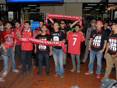 Para fans Owen pun segera meneriakkan yel-yel untuk menyambut penyerang yang terkenal dengan lari cepatnya itu (Liputan6.com/ Helmi Fithriansyah)