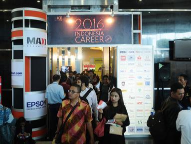 Pencari kerja keluar masuk gerbang Indonesia Career Expo 2016 di SMESCO Exhibiton Hall, Jakarta, Jumat (8/1/2016). Berdasar data BPS pada Agustus 2015, jumlah penganggur terbuka mencapai 7,56 juta orang. (Liputan6.com/Helmi Fithriansyah)