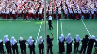 Murid-murid sekolah dasar berkumpul di halaman sekolah SDN 03, Pesanggrahan, Jakarta Selatan, Senin (16/7). Hari ini merupakan hari pertama masuk sekolah bagi para siswa dari jenjang TK hingga SMA untuk tahun ajaran 2018-2019. (Merdeka.com/Arie Basuki)
