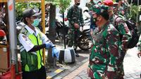 Panglima TNI Marsekal Hadi Tjahjanto mengecek langsung implementasi dari tenaga tracing di Kelurahan Kedung Baruk, Kecamatan Rungkut, Surabaya. (Dian Kurniawan/Liputan6.com)