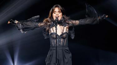 Camila Cabello saat menghibur penonton di atas panggung selama 'Never Be the Same Tour' di Orpheum di Vancouver, Kanada (9/4). Penyanyi 21 tahun ini tampil dengan gaun lingerie hitam super seksi. (AFP/Getty Images/Andrew Chin)