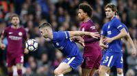Bek Chelsea, Gary Cahill, menahan pergerakan gelandang Manchester City, Leroy Sane, pada laga Premier League di Stadion Stamford Bridge, London, Sabtu (30/9/2017). Chelsea kalah 0-1 dari City. (AP/Frank Augstein)