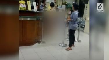 Salah satu warga yang berada di lokasi melihat VM menangis saat keluar dari apotek.