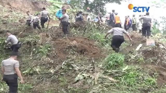 Akibat diguyur hujan, sebuah tebing di Kabupaten Tasikmalaya, Jawa Barat, longsor hingga menimbun jalan.