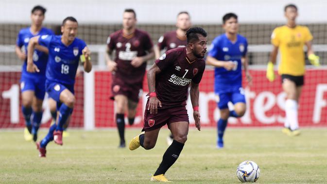Gelandang PSM Makassar, Zulham Zamrun, menggiring bola saat melawan Lao Toyota FC pada laga Piala AFC di Stadion Pakansari, Bogor, Rabu (13/3). (Bola.com/M. Iqbal Ichsan)#source%3Dgooglier%2Ecom#https%3A%2F%2Fgooglier%2Ecom%2Fpage%2F%2F10000