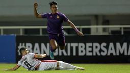 Gelandang Borneo FC, Nuriddin Davronov (bawah) berusaha menghalangi laju dari penyerang Persik Kediri, Septian Bagaskara dalam laga pekan kedua BRI Liga 1 2021/2022 di Stadion Pakansari, Bogor, Jumat (10/9/2021). Borneo FC Kalah 0-1. (Foto: Bola.com/Ikhwan Yanuar)